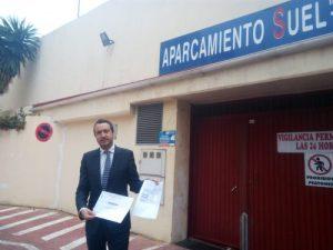 Javier García León, mostrando recibos de IBI del presente año