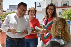 Miguel Ángel Heredia, Carmen Segura y Deborah León informando a la ciudadanía