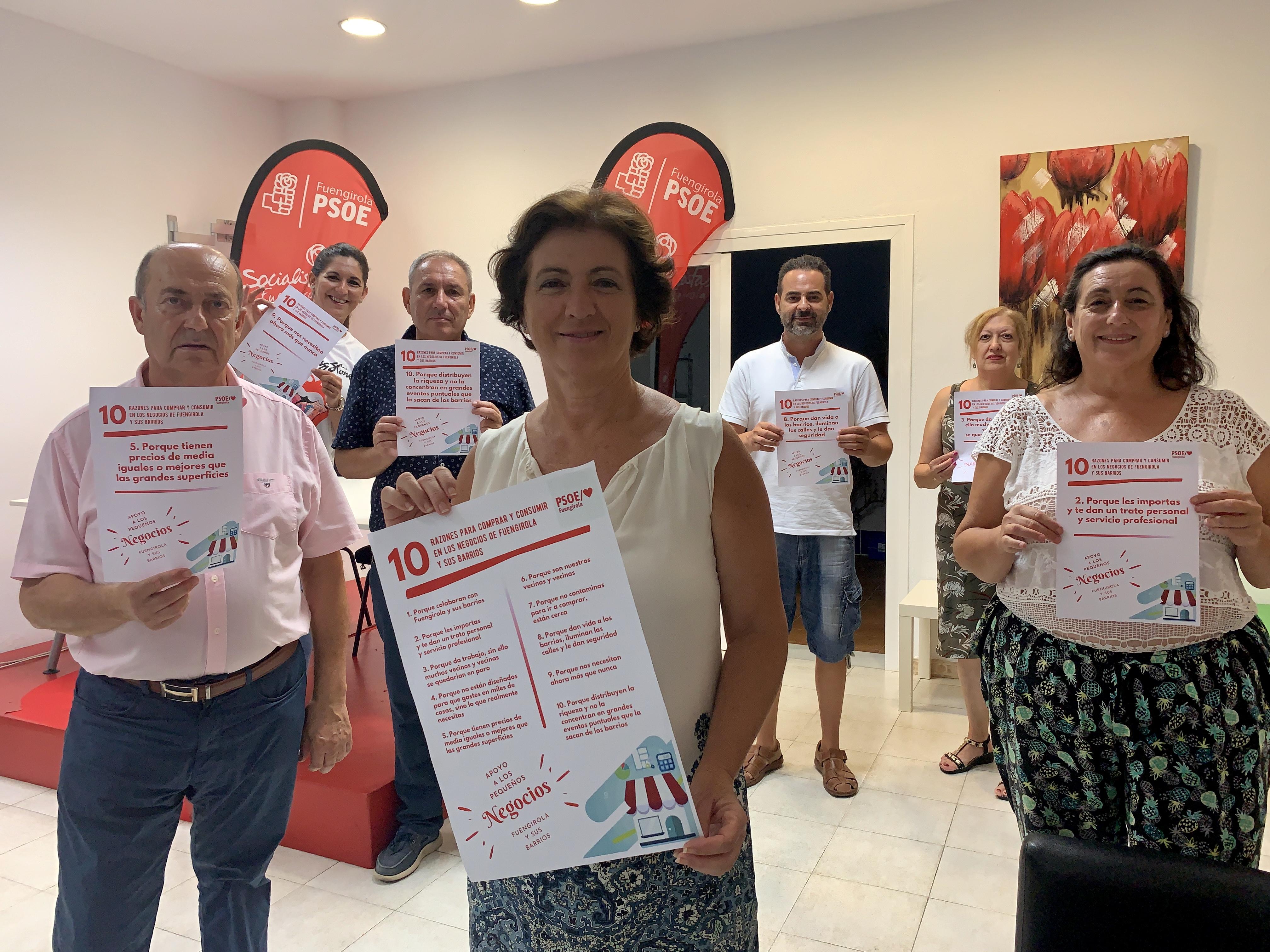 Carmen Segura junto a miembros de la CEM con las propuestas en apoyo al pequeño comercio